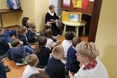 Zajęcia w bibliotece - Rodzic czyta dzieciom